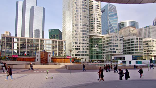 Französische Gebäude im Finanzdistrikt. Menschen zu Fuß. – Video