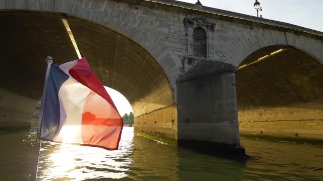 fransk flagga vajande i floden sena - turistbåt bildbanksvideor och videomaterial från bakom kulisserna