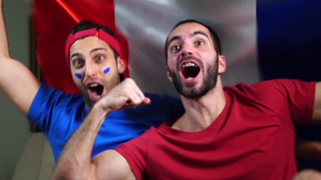 vídeos de stock e filmes b-roll de french friends celebrating with france flag - soccer supporter portrait