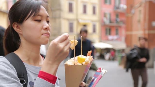 vídeos de stock, filmes e b-roll de deserto de comida de batata frita para comer na rua - junk food