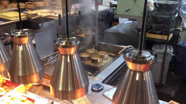 pommes frites braten auf der tischpfanne - schnellkost stock-videos und b-roll-filmmaterial