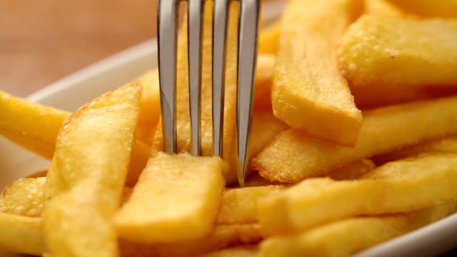 vídeos de stock e filmes b-roll de french fries on a fork - assado no forno