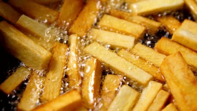 pommes frites - frying pan bildbanksvideor och videomaterial från bakom kulisserna