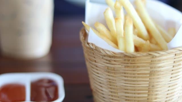french fries - соус стоковые видео и кадры b-roll