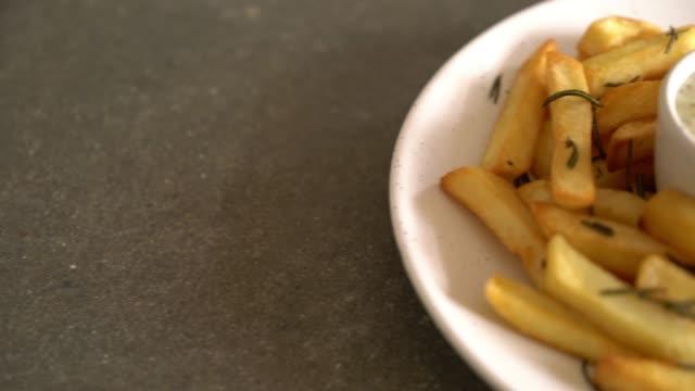 vídeos de stock, filmes e b-roll de fritas com molho - junk food