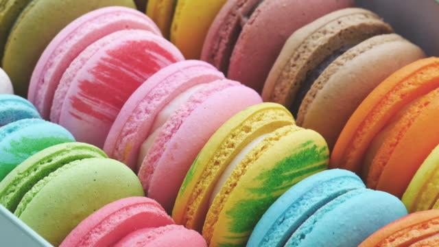 vídeos y material grabado en eventos de stock de postre macaron francés en el cuadro. la fila fo coloridos macarons franceses. - galleta dulces