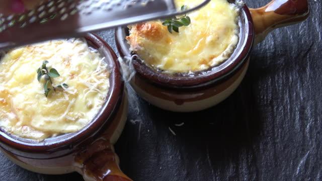 vidéos et rushes de français bol de soupe à l'oignon - parmesan