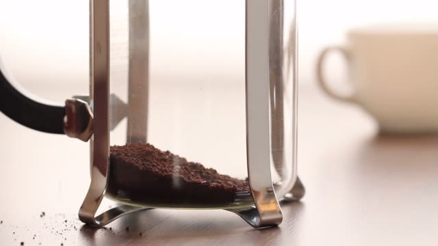 french press coffee brewing - grindare video stock e b–roll