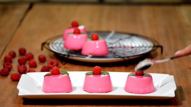 vídeos y material grabado en eventos de stock de tarta de mousse de frambuesa francés con esmalte rosa espejo. - frambuesa