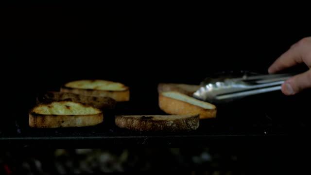 stockvideo's en b-roll-footage met franse toast gekookt op grill - geroosterd brood