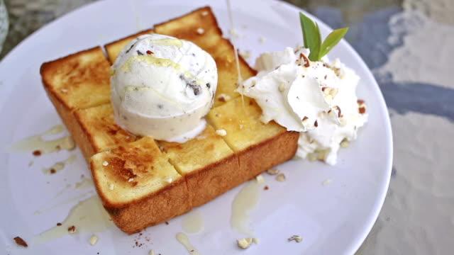 vídeos y material grabado en eventos de stock de tostadas francesas con helado y miel, el postre jarabe - comida francesa