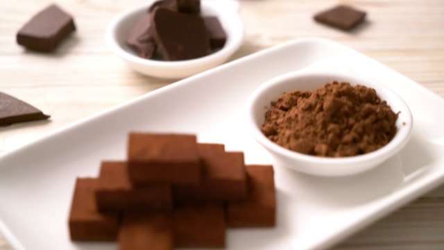 fresh and soft chocolate with cocoa powder - vídeo
