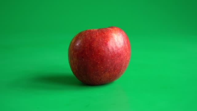 vidéos et rushes de pomme fraîchement - aliment en portion