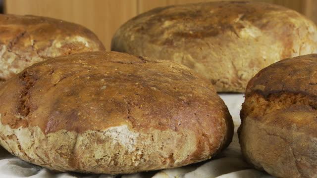 hd 돌리: 신선한 구은 바이오 페전트 식빵 - 식빵 한 덩어리 스톡 비디오 및 b-롤 화면