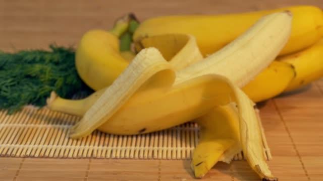 テーブルに新鮮なバナナ - バナナ点の映像素材/bロール