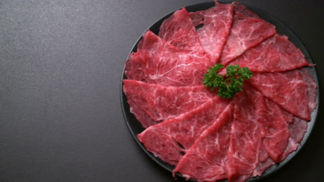 vídeos de stock e filmes b-roll de fresh beef raw sliced with marbled texture - meat texture