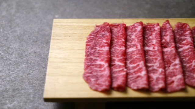 fresh beef raw sliced with marbled texture - vídeo