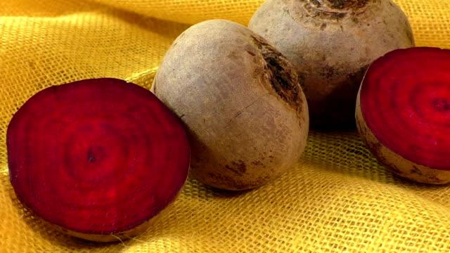 frischer rote-beete-isoliert auf gelbem hintergrund - chenopodiacea stock-videos und b-roll-filmmaterial