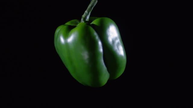 vídeos y material grabado en eventos de stock de fresh bell pepper flotando sobre fondo negro - pimiento verde