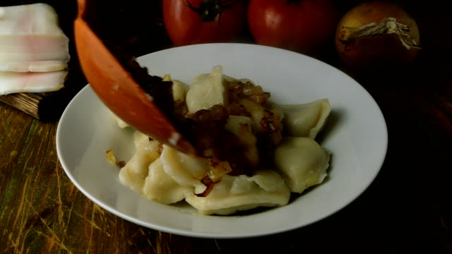 frisch gekochte hausgemachte knödel oder vareniki mit füllung. mit heißen dämpfen. impose in weißer platte. - polnische kultur stock-videos und b-roll-filmmaterial