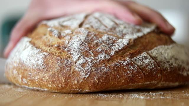 슬라이스로 자른 신선한 빵 덩어리 - 빵 스톡 비디오 및 b-롤 화면