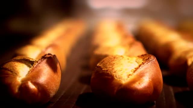 stockvideo's en b-roll-footage met fresh bread on the conveyor belt - bakery