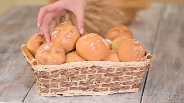 전통적인 프랑스 빵집에서 바구니에 신선한 빵 롤 - 식빵 한 덩어리 스톡 비디오 및 b-롤 화면