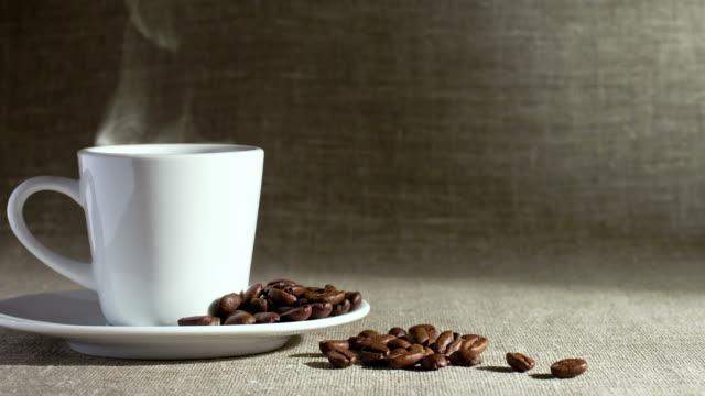 淹れたてのコーヒー - ソーサー点の映像素材/bロール