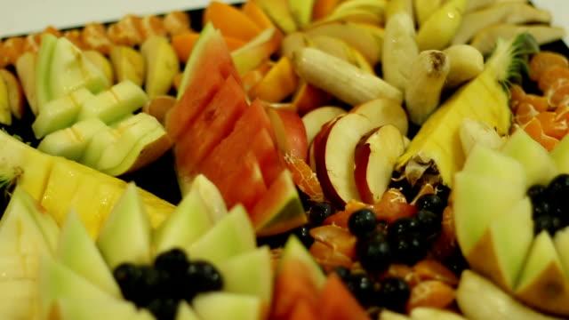 früchte frisch geschnitzte mischung - dekorative kunst stock-videos und b-roll-filmmaterial