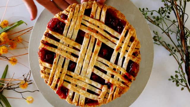 fresh cherry pie on display - nadziewany placek filmów i materiałów b-roll