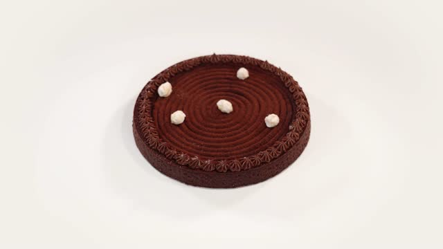 vídeos de stock e filmes b-roll de fresh chocolate tart with tasty decorations on white table - bolo rainha