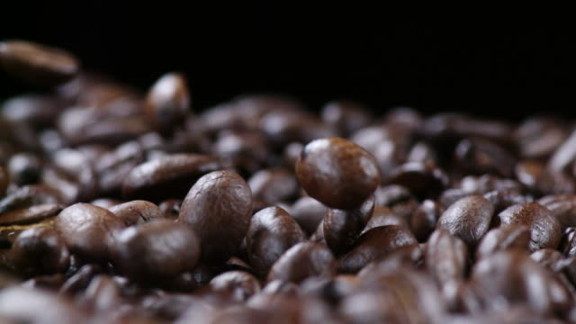 vídeos de stock e filmes b-roll de fresh coffee beans falling into a basket in slowmotion - café gelado