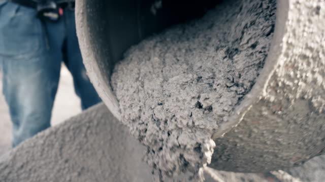 vídeos y material grabado en eventos de stock de slo mo concreto se vierte fuera del tambor de la hormigonera - material de construcción
