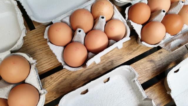 stockvideo's en b-roll-footage met verse farmer's eieren markt tentoongesteld - ei