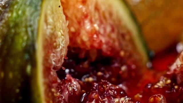 Figos frescos de corte com uma faca em 4K - vídeo