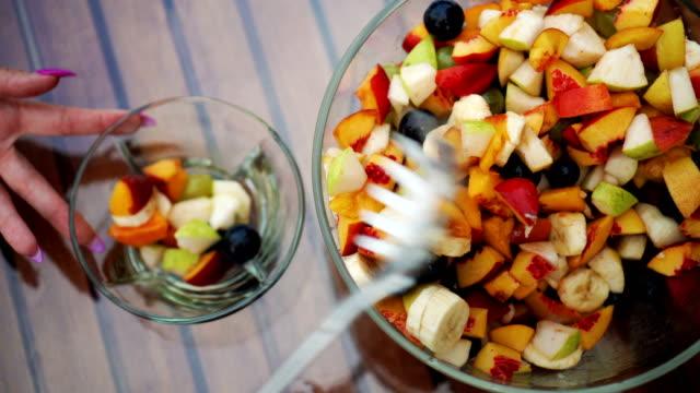 vídeos de stock, filmes e b-roll de salada de frutas frescas - fruit salad