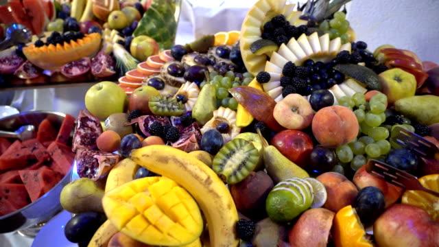 vídeos de stock, filmes e b-roll de frutas frescas servidas na mesa do buffet - antepasto