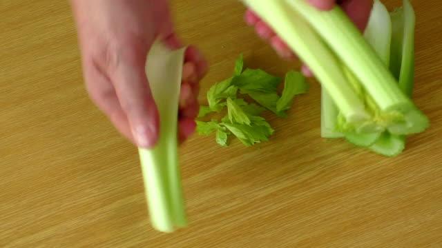 fresco verde sedano su tavolo della cucina - sedano video stock e b–roll