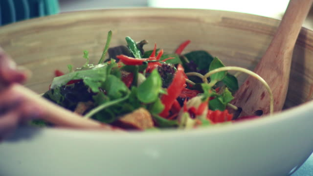 frischer grüner salat im schönen morgenlicht. - essgeschirr stock-videos und b-roll-filmmaterial