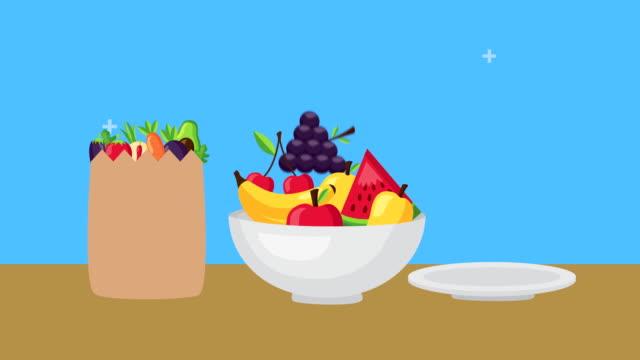 kağıt torba ve kase taze sağlıklı gıda - beden bilinçli stok videoları ve detay görüntü çekimi