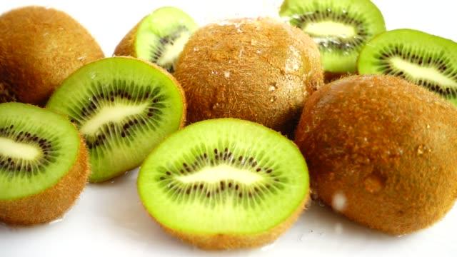 färsk saftig kiwi. slow motion. - kiwifrukt bildbanksvideor och videomaterial från bakom kulisserna