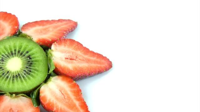 fresh kiwi and strawberries rotating - kiwifrukt bildbanksvideor och videomaterial från bakom kulisserna