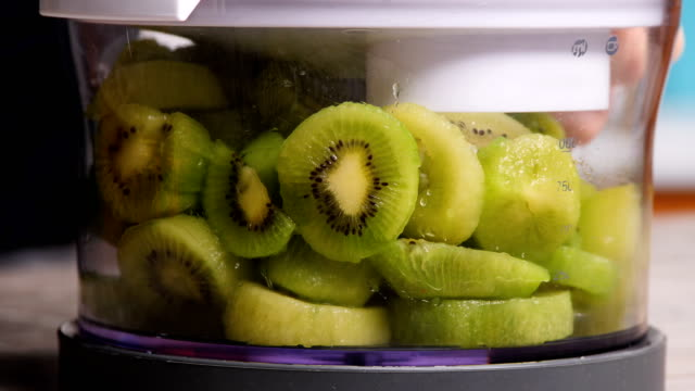 färsk kiwi i en mixer, närbild - kiwifrukt bildbanksvideor och videomaterial från bakom kulisserna