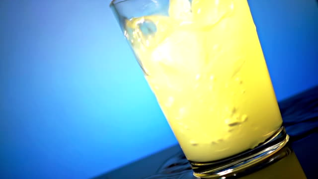 vídeos de stock e filmes b-roll de fresh lemonade pouring into a glass - limonada tradicional