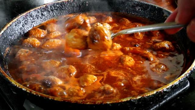 fresh made meatballs with tomato sauce - cucina italiana video stock e b–roll
