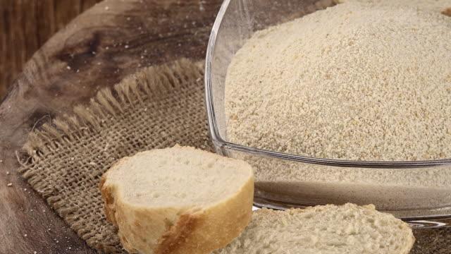 新鮮な回転パン粉(シームレスなループ可能) - 食パン点の映像素材/bロール