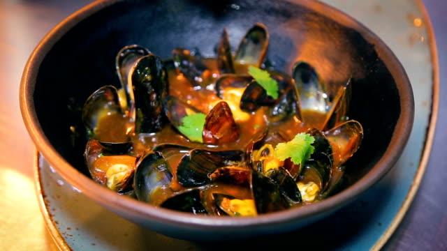 新鮮なムール貝ボウル シーフード料理レストラン - イタリア料理点の映像素材/bロール