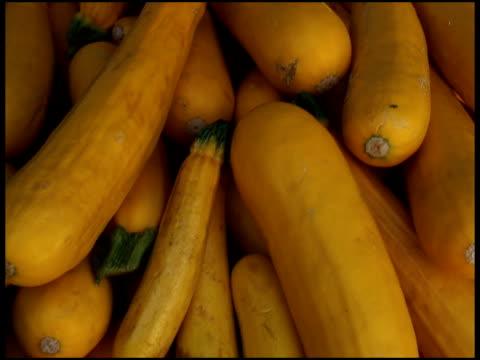freschi biologici zucca gialla, osseo, zucchini - zucca legenaria video stock e b–roll