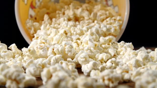 stockvideo's en b-roll-footage met verse popcorn uit een doos vallen - popcorn