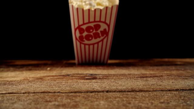 stockvideo's en b-roll-footage met verse popcorn vallen uit een doos - popcorn